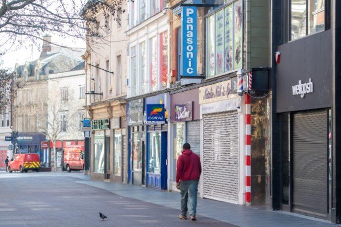 Los minoristas no esenciales en Inglaterra no pueden salir del bloqueo hasta finales de abril