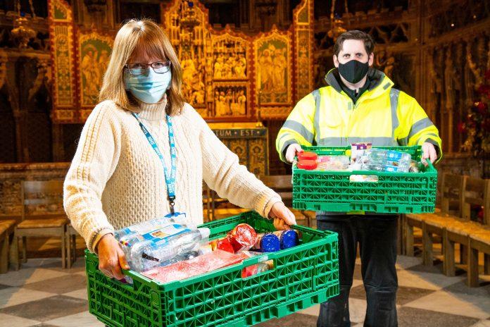 Donación de paquete de atención entregada a los equipos de vacunación por parte del personal de Central England Co-op %% page %%